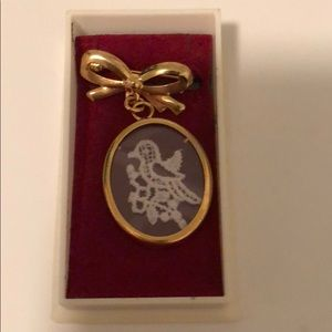 Jewelry - Beautiful brooch with lace bird
